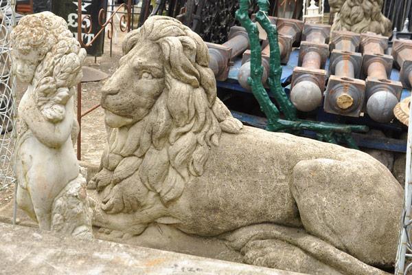 garden lion statue